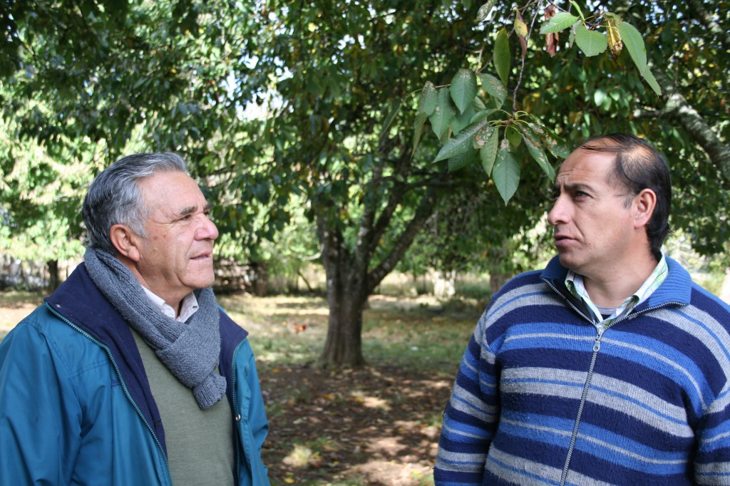 Roberto Mansilla im Gespräch mit David Carvajal, dem blinden Dirigente der Communidad José Carvajal