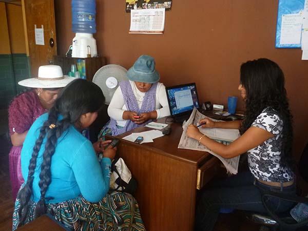 Maria, notre assistante sociale, aide trois femmes dans la recherche d'un emploi.