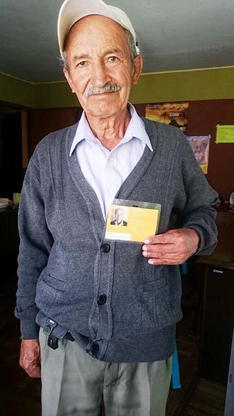 Monsieur Demetrio, un Bolivien de 70 ans, vend des cartes prépayées pour le téléphone mobile dans la rue. Grâce aux conseils de notre économiste il réussit à améliorer ses ventes – entre autres grâce au badge que nous lui avons fourni et qui lui sert de légitimation officielle.